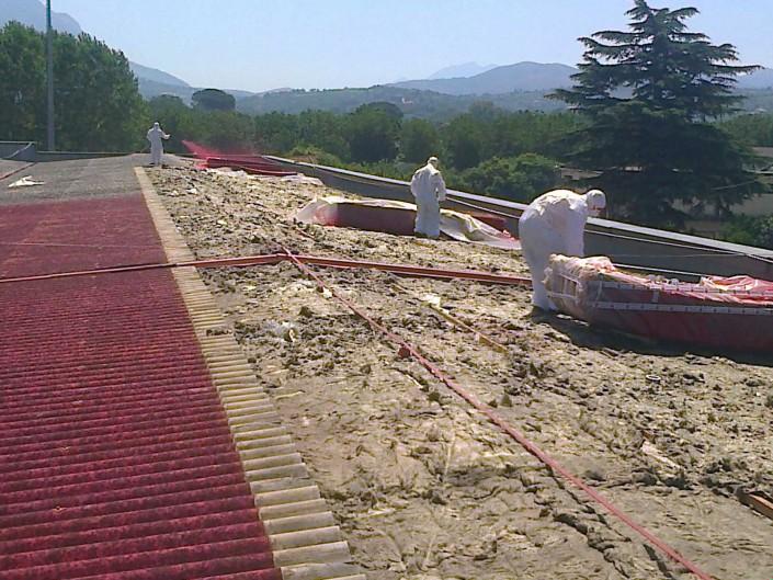 operai eseguono delle bonifiche da amianto