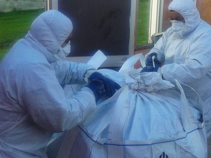Operai attrezzati per smaltire amianto
